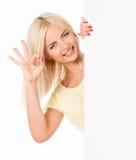 Mujer que muestra el espacio en blanco blanco foto de archivo libre de regalías