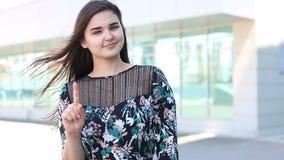 Mujer que muestra el gesto de la prohibición al aire libre metrajes