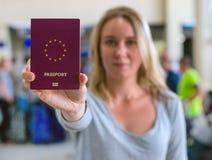 Mujer que muestra el pasaporte Imágenes de archivo libres de regalías