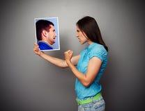 Mujer que muestra el puño al hombre asustado Imágenes de archivo libres de regalías