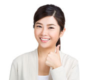 Mujer que muestra el pulgar encima de la muestra Fotos de archivo libres de regalías