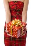 Mujer que muestra el rectángulo de regalo rojo hermoso Imagen de archivo libre de regalías