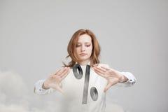 Mujer que muestra el símbolo del por ciento Concepto del depósito bancario o de la venta Imagenes de archivo