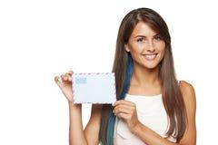Mujer que muestra el sobre en blanco Fotografía de archivo libre de regalías