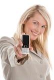 Mujer que muestra el teléfono móvil foto de archivo libre de regalías