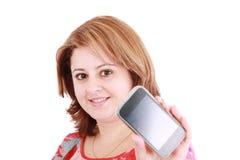 Mujer que muestra el teléfono móvil Fotografía de archivo libre de regalías
