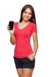 Mujer que muestra el teléfono celular móvil con la pantalla negra Imagen de archivo