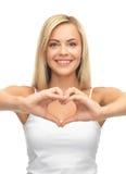 Mujer que muestra forma del corazón Foto de archivo