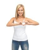 Mujer que muestra forma del corazón Fotografía de archivo