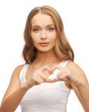 Mujer que muestra forma del corazón Imágenes de archivo libres de regalías