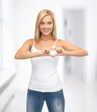 Mujer que muestra forma del corazón Imagen de archivo