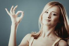 Mujer que muestra gesto aceptable de la muestra de la mano Imagen de archivo libre de regalías