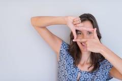 Mujer que muestra gesto de mano que enmarca Fotografía de archivo libre de regalías