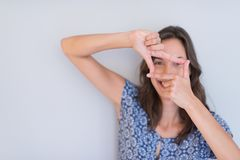 Mujer que muestra gesto de mano que enmarca Foto de archivo libre de regalías
