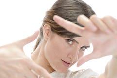 Mujer que muestra gesto de mano que enmarca Fotos de archivo libres de regalías