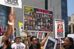 Mujer que muestra imágenes de la gente asesinada por la policía Foto de archivo
