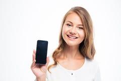 Mujer que muestra la exhibición en blanco del smartphone Imágenes de archivo libres de regalías