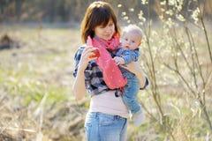 Mujer que muestra la manzana a su pequeño bebé (foco en la mano de la mujer) Fotos de archivo libres de regalías