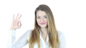 Mujer que muestra la muestra aceptable, fondo blanco, jóvenes,