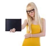 Mujer que muestra la pantalla de ordenador de la tablilla Fotos de archivo