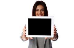Mujer que muestra la pantalla de tableta Imágenes de archivo libres de regalías