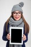 Mujer que muestra la pantalla de tableta en blanco Fotos de archivo