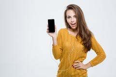 Mujer que muestra la pantalla del smartphone Fotos de archivo