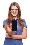 Mujer que muestra la pantalla elegante negra en blanco del teléfono Foto de archivo