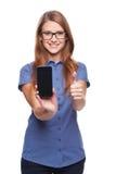 Mujer que muestra la pantalla elegante negra en blanco del teléfono Fotos de archivo libres de regalías