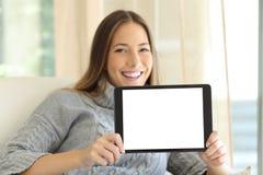 Mujer que muestra la pantalla en blanco de la tableta Fotografía de archivo