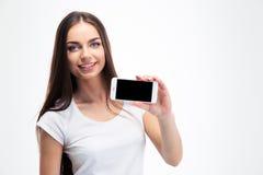 Mujer que muestra la pantalla en blanco del smartphone Foto de archivo libre de regalías