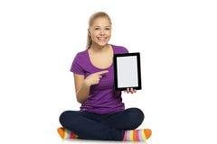 Mujer que muestra la tableta Imagen de archivo libre de regalías