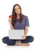 Mujer que muestra la tarjeta de crédito Imagen de archivo libre de regalías