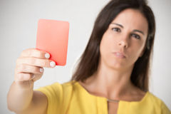 Mujer que muestra la tarjeta roja Imagenes de archivo