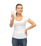 Mujer que muestra la victoria o el signo de la paz Fotos de archivo