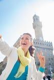 Mujer que muestra la victoria y que toma el selfie cerca de Palazzo Vecchio Fotos de archivo