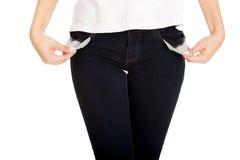 Mujer que muestra los bolsillos vacíos Foto de archivo