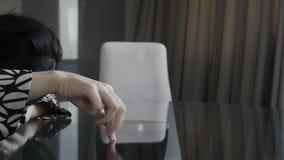 Mujer que muestra los fingeres que caminan almacen de video
