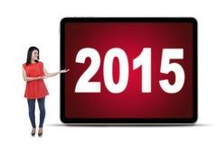 Mujer que muestra los números 2015 en la cartelera Fotos de archivo