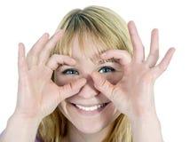Mujer que muestra los prismáticos Fotos de archivo libres de regalías