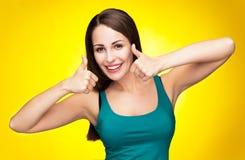 Mujer que muestra los pulgares para arriba Imagen de archivo