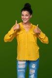 Mujer que muestra los pulgares para arriba Imagenes de archivo