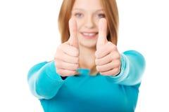 Mujer que muestra los pulgares para arriba con ambas manos Fotos de archivo libres de regalías