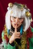 Mujer que muestra misterio de la Navidad Imagen de archivo