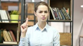 Mujer que muestra no agitando los fingeres, oficina interior metrajes