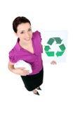 Mujer que muestra reciclando el logotipo Foto de archivo