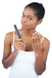 Mujer que muestra su mano manicured imagen de archivo