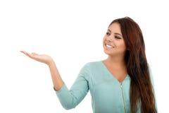 Mujer que muestra su producto aislado en blanco Imagen de archivo libre de regalías