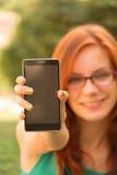 Mujer que muestra su Smart-teléfono Foto de archivo