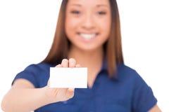 Mujer que muestra su tarjeta de visita Fotos de archivo libres de regalías